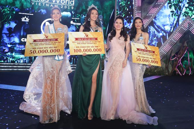 Hoa hậu Xuân Hương trao giải thưởng cho Top 3.