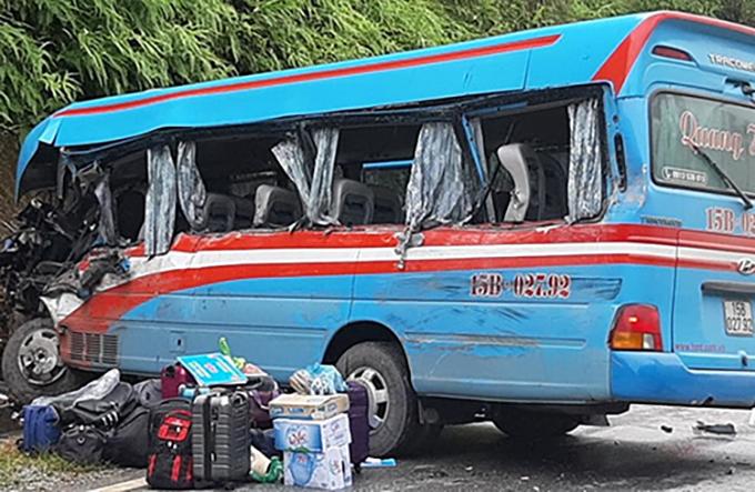 Vụ tai nạn khiến 3 người trên xe khách tử vong. Ảnh:Huy Hoàng.