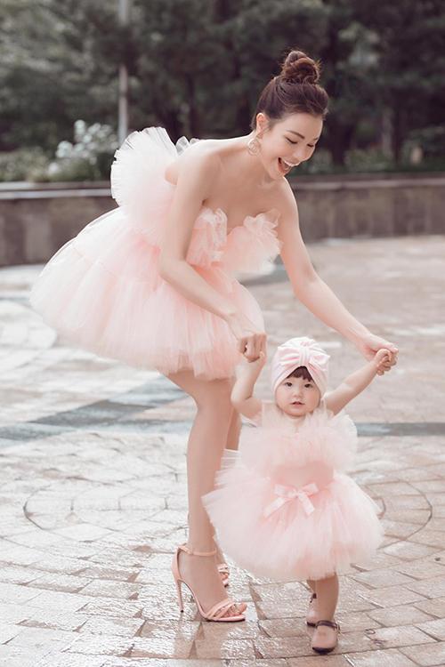 Trà Ngọc Hằng diện đầm công chúa cùng con gái. Cô cảm ơn con vì đã đến với mình.