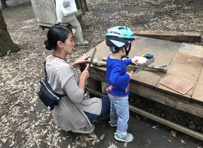 Công viên vui chơi Hanegi, Tokyo,hoạt động theo triết lý để trẻ tự do vui chơi quan trọng hơn là hạn chế trẻ trong giới hạn an toàn. Nhiều bà mẹ Nhật Bản đã đưa con tới đây để cho con thỏa sức thử nghiệm sử dụng những vật dụng ở nhà bị cấm như cầm cưa xẻ gỗ hay dùng dao sắc nhọn thái đồ ăn.