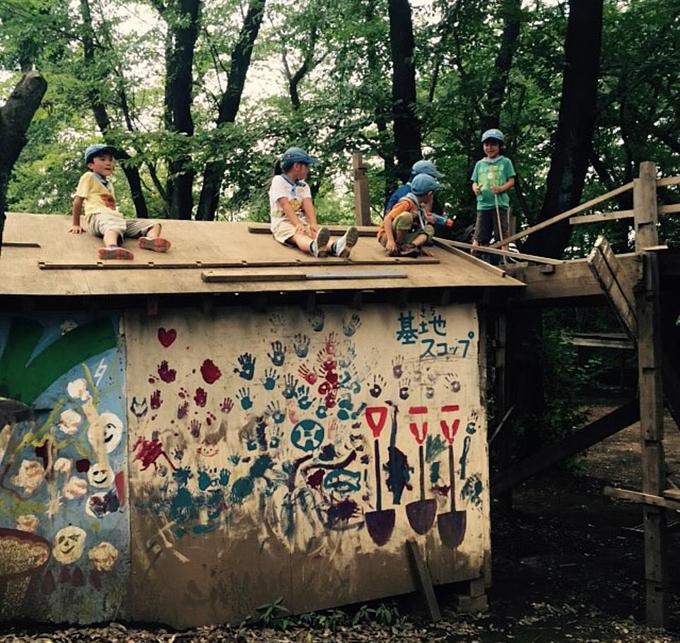 Một nhóm trẻ em chơi trên nóc nhà mà không có người lớn giám sát.