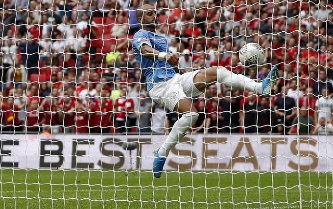 Walker cứu thua vào phút bù giờ của hiệp hai trận tranh Siêu Cúp Anh giữa Liverpool và Man City, khi tỷ số đang là 1-1. Mohamed Salah sút bóng trúng người thủ môn Bravo bật ra rồi lao vào đánh đầu đưa bóng đi từ từ về phía khung thành trống. Nhưng Walker chạy về rất nhanh, ngã người móc bóng cứu thua ngoạn mục.