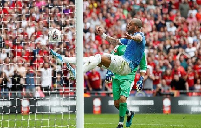 Công nghệ xem lại video cho thấy bóng chỉ chạm vạch vôi chứ chưa hoàn toàn lăn qua khỏi, tức Liverpool chưa ghi bàn. Người hâm mộ Man City khen ngợi nỗ lực của đội trưởng, trong khi fan Liverpool tiếc nuối.