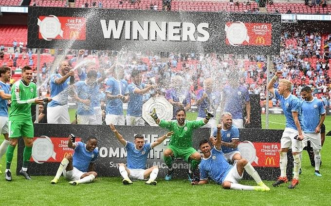 Niềm vui của cầu thủ Man City khi giành danh hiệu Siêu Cup Anh, danh hiệu đầu tiên của mùa giải mới 2019/20.