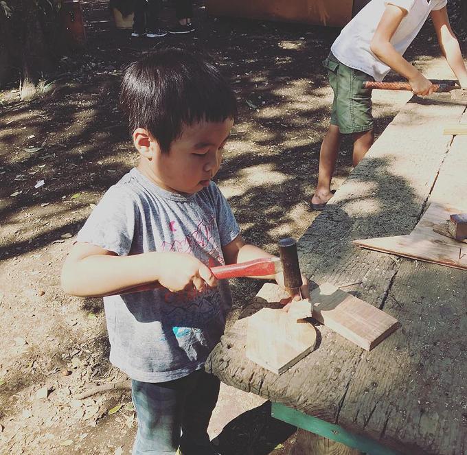 Trẻ 3-4 tuổi được phép dùng búa đóng đinh ở công viên.