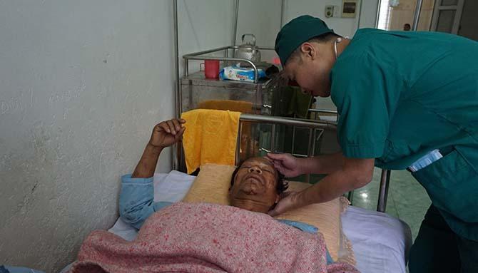 Ông Chon đang nằm điều trị tại Bệnh viện Đa khoa huyện Quan Sơn trong tình trạng đa chấn thương.