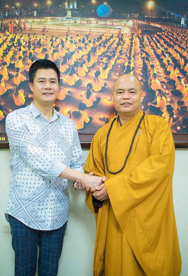 Quang Dũng tìm gặp sư trụ trì chùa Vĩnh Nghiêm (TP HCM) để trao tặng đĩa Ca dao mẹ.