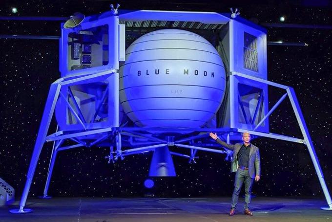 Jeff Bezos bên cạnh mô hình tàu vũ trụ Blue Moon dùng để đưa người lên mặt trăng. Ảnh: Business Insider.
