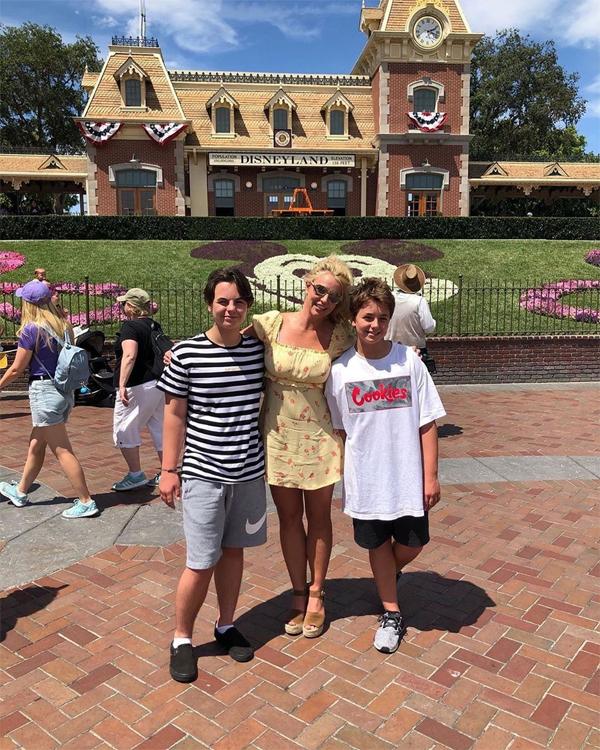Britney Spears khoe ảnh đi chơi công viên Disney cùng hai con trai nhân ngày nghỉ. Sau gần một năm, nữ ca sĩ 37 tuổi mới chia sẻ hình ảnh Sean (bên trái) và Jayden trên Instagram khiến người hâm mộ rất bất ngờ bởi hai cậu nhóc lớn quá nhanh. Hai anh em chênh nhau một tuổi đều chuẩn bị bước vào tuổi teen, không chỉ cao lớn mà tính cách cũng thay đổi nhiều.