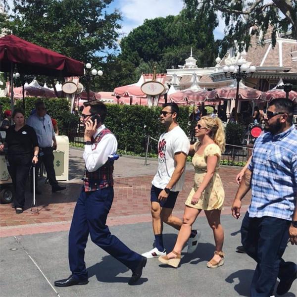Người tình trẻ của Britney là Sam Asghari cũng đi chơi Disneyland cùng.
