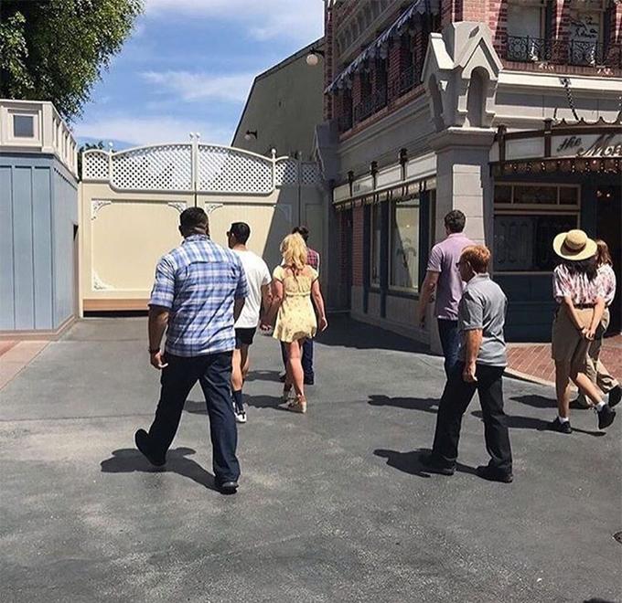 Britney vẫn đang nghỉ ngơi sau thời gian đi điều trị sức khỏe tâm thần hồi tháng 3. Cô đã nghỉ diễn từ cuối năm ngoái và chưa có kế hoạch quay trở lại công việc.