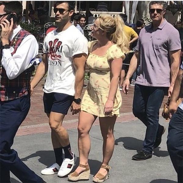 Sam, 25 tuổi, là người mẫu kiêm huấn luyện viên thể hình. Anh đã gắn bó với Britney từ năm 2016.