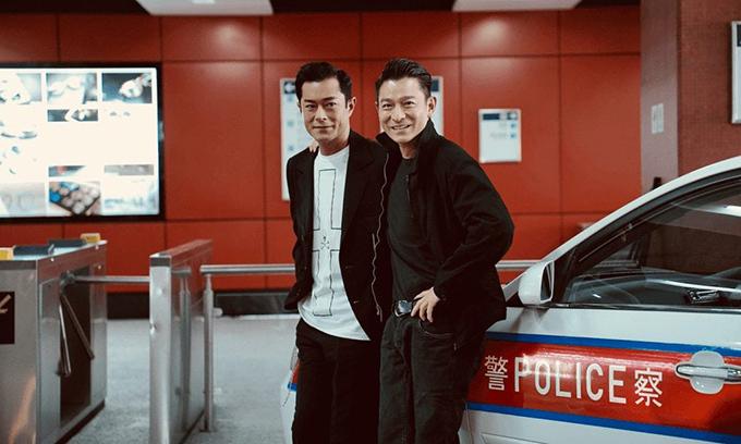 Lưu Đức Hoa (phải) và Cổ Thiên Lạc thân thiết ở hậu trường.