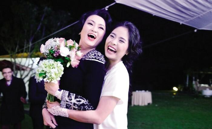 Khoảnh khắc chị Văn Thùy Dương nhận bó hoa cưới từ con dâu và từ đây mở ra những điều khiến con tim chị vui trở lại.