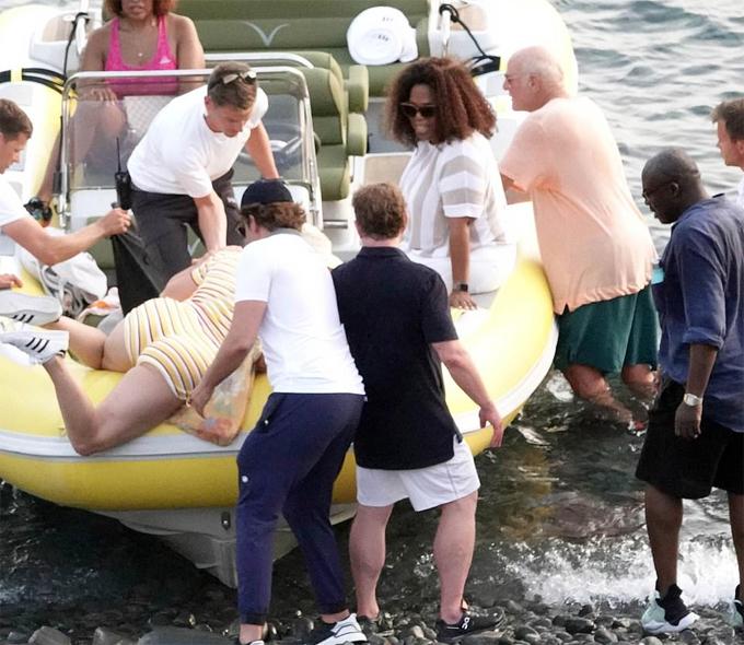 Katy Perry vật lộn để trèo lên chiếc xuồng khá cao. Nữ hoàng truyền thông Oprah Winfrey (đeo kính) không khỏi bật cười khi nhìn thấy Katy bị kẹt trên thành xuồng. Bốn người đàn ông xung quanh, trong đó có Orlando Bloom và Bradley Cooper (đội mũ đen) nỗ lực trợ giúp nữ ca sĩ.