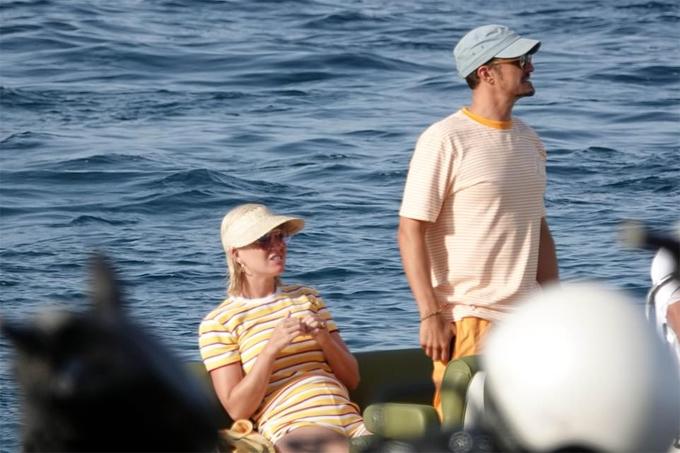 Katy và Orlando ngồi xuồng ra đảo Sicily - hòn đảo lớn nhất của Địa Trung Hải, thuộc lãnh thổ Italy.