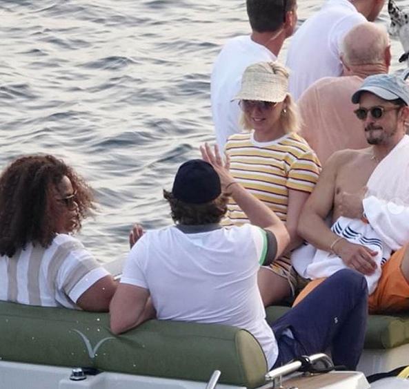 Cặp sao say sưa nghe Bradley Cooper trò chuyện.