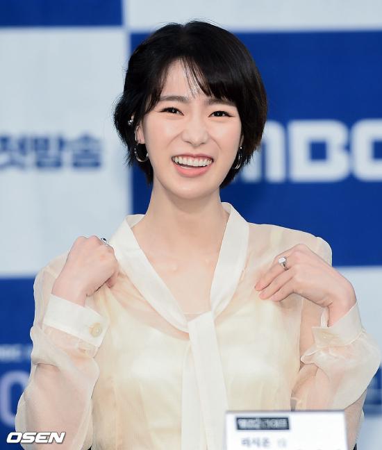 Diễn viên Lim Ji Yeon tại buổi họp báo, Cô từng gây nhiều chú ý với phim nóng Obsession đóng cùng Song Seung Hun.