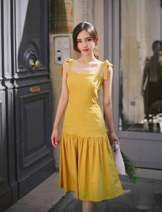 Tông vàng rực rỡ với nhiều sắc độ là gam màu thịnh hành nhất mùa hè 2019.. Bước vào mùa thu, gam màu này vẫn được yêu thích bởi nó gợi nhớ đến sắc lá thu lãng mạn.