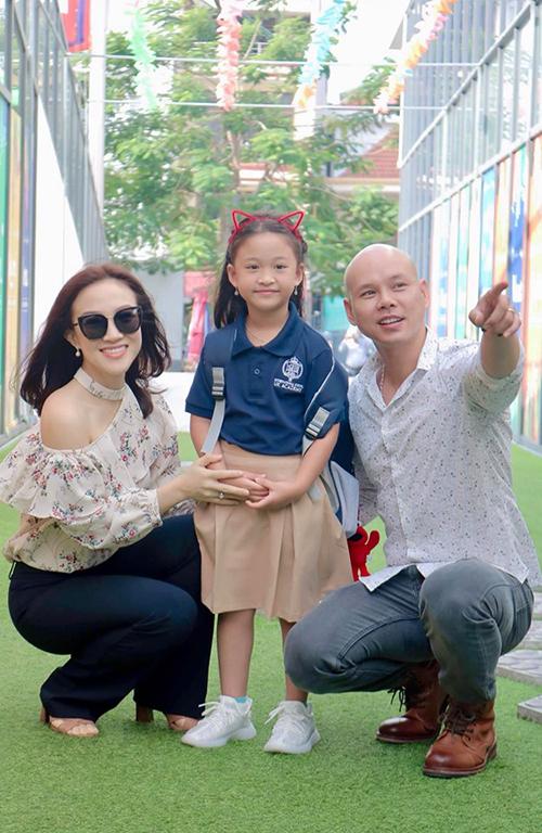 Vợ chồng ca sĩ Phan Đình Tùng đưa con gái đến trường trong ngày đầu tiên vào lớp 1.