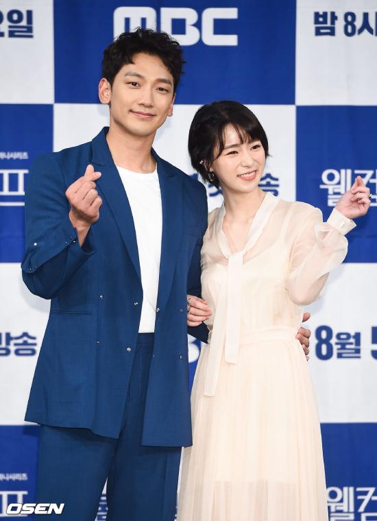 Chiều 5/8, Rain dự họp báo ra mắt phim mới Welcome 2Life (Cuộc đời thứ hai) tổ chức tại đài MBC, Hàn Quốc. Bộ phim đánh dấu sự trở lại của tài tử Hàn trong địa hạt phim truyền hình, sau một thời gian vắng bóng. Đóng cặp với Rain trong bộ phim này là diễn viên chuyên dòng phim 18+, Lim Ji Yeon.