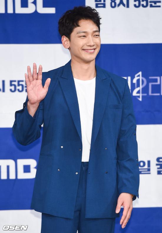 Rain đang trong giai đoạn gấp rút quảng bá phim mới, trong khi vợ anh - Kim Tae Hee đang nghỉ dưỡng chờ ngày sinh nở.