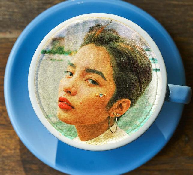 Chụp ảnh tự sướng hay uống cà phê với lớp bọt truyền thống đã quá quen thuộc thì tranh thủ lần du lịch Thái Lan, thử nghiệm một món đồ uống rất độc đáo: cà phê in hình chính bản thân bạn.KC Selfie Coffee ở Bangkok phục vụ loại đồ uống này và nhận được sự đón nhận của thực khách. Bạn chỉ cần gửi trước tấm hình ưng ý của mình qua Facebook cho chủ quán, sau đó từ từ đợi thành phẩm ra lò. Các loại trà, cà phê có bọt phía trên đều có thể áp dụng hình thức này.