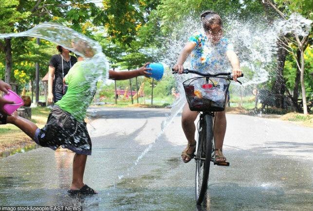 Mặc dù lễ hội té nước Songkran không chỉ diễn ra ở Thái Lan nhưng dường như không khí lễ hội ở đây mới rộn ràng nhất. Đây là ngày lễ đánh dấu một năm mới theo lịch của người Thái. Họ tin rằng những ai được té nước lên người sẽ may mắn cả năm. Lễ hội còn giới hạn một số khu vực để người dân và du khách tham gia vào những màn đấu súng phun nước vui nhộn và sôi động.