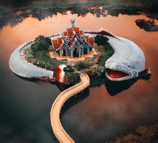 Samut Prakan làmột thành phố cổ với những tòa nhà thiết kế ngoạn mục, kỳ lạ. Nơi đây có diện tích rộng lớn, bao gồmnhững khu vườn xinh đẹp, hồ nước và công trìnhcổ. Thành phố này là bản sao nhỏ của đất nước Thái Lan vớihơn 116 di tích.  Một trong những công trình ấn tượng nhất ở đây là Cung điện núi Sumeru được bao xung quanh bởi một chú cá khổng lồ.