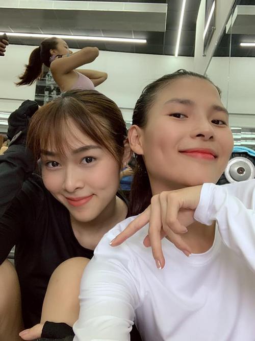 Thúy Diễm cùng Diệp Bảo Ngọc rủ nhau tập gym nhân ngày mưa gió.