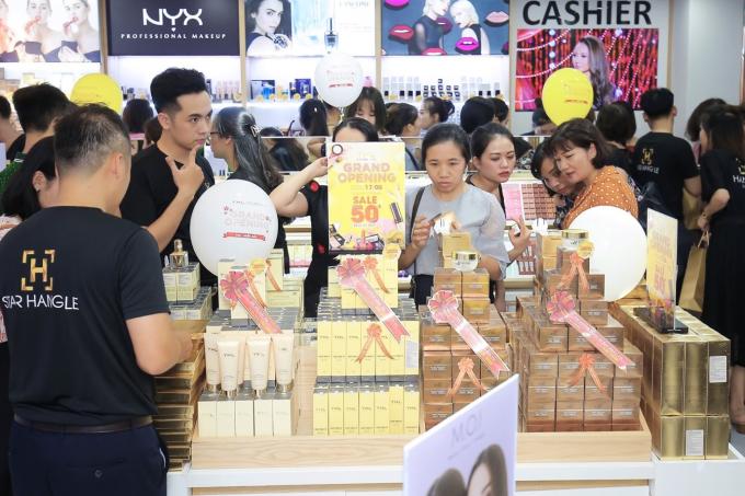 Ca sĩ Quang Lê dự sự kiện khai trương showroom YHL tại Hà Nội - 4