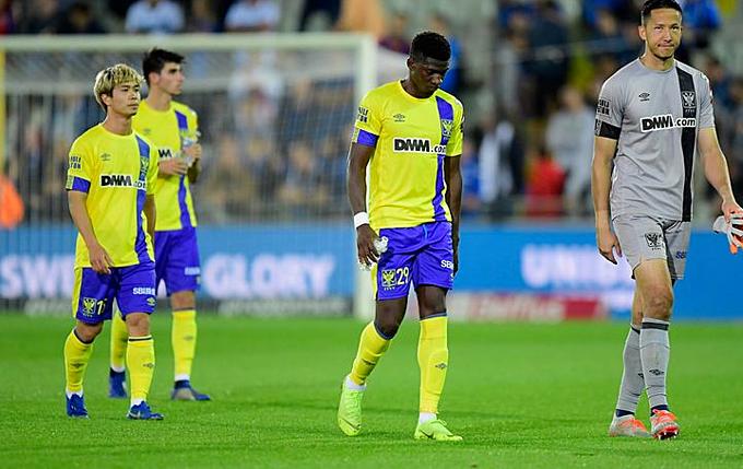 Công Phượng và đồng đội thất vọng sau trận thua Club Brugge.