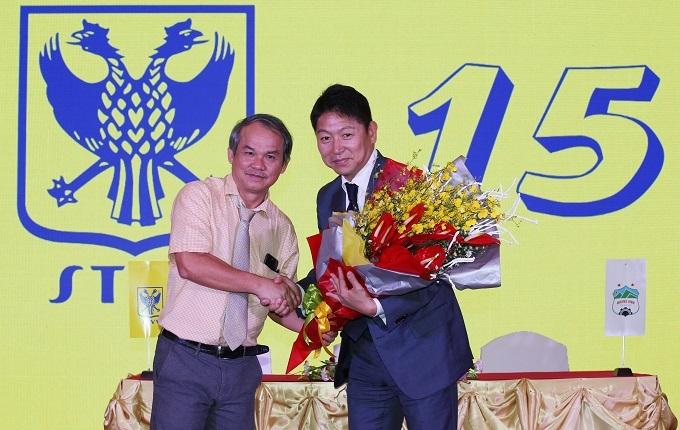 Ông Tateishi (phải)trong lễ ký hợp đồng mượn Công Phượng ở TP HCM. Ảnh: Đức Đồng.