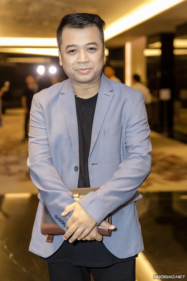 Diễn viên kiêm nhạc sĩ Tiến Minh tái xuất bằng vai một ông trưởng phòng hành chính chuyên đi xăm xoi các đồng nghiệp trong cơ quan.