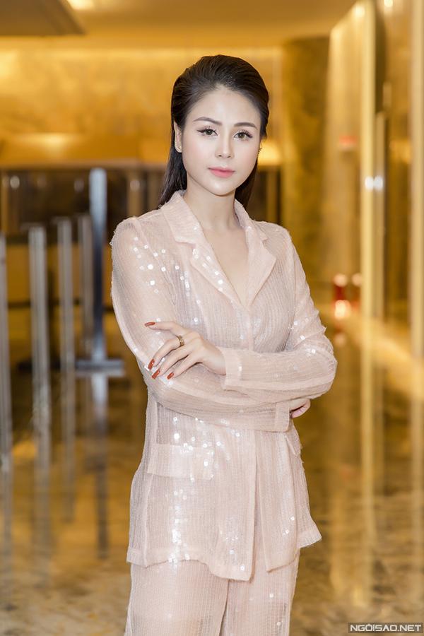 Thu Trang diện suit không nội y của nhà thiết kế Nguyễn Quảng. Cùng với Diễm Hương, cô là một trong hai diễn viên chính của phim.