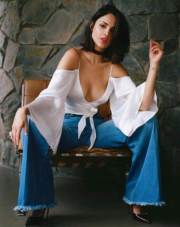 Eiza González sở hữu vóc dáng chuẩn mực, chiều cao ấn tượng 1,73m,làn da nâu bóng và thần thái sexy. Ngoài công việc diễn xuất, cô còn hay được mời làm người đại diện của các thương hiệu làm đẹp, cũng từng thu âm và phát hành đĩa nhạc. Nhờ sử dụng thành thạotiếng Anh và tiếng Tây Ban Nha, cô thường được mời đóng quảng cáo bằng cả hai ngôn ngữ này.