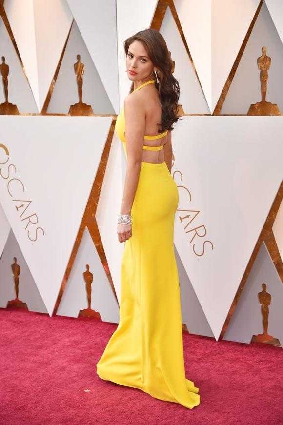 Eiza khoe lưng trần gợi cảm trên thảm đỏ Oscar 2018.