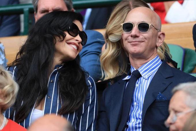 Jeff Bezos và người tình tìnhxuất hiện công khaitại sân vận độngWimbledon, Anh. Ảnh: Page Six.