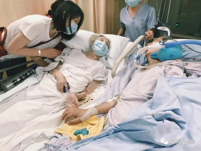 Bà Peng nắm tay ông Gao trong phòng chăm sóc đặc biệt tại bệnh viện Đại học Hong Kong - Thâm Quyến hôm 27/7. Ảnh: Weibo.