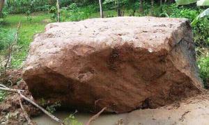 Tảng đá 40 tấn lăn xuống khu dân cư ở Thanh Hoá