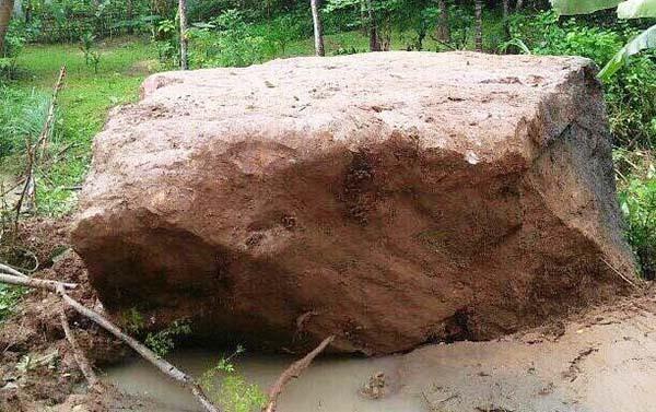 Tảng đá lớn lăn xuống khu dân cư ở Quan Hoá. Ảnh: Lam Sơn.