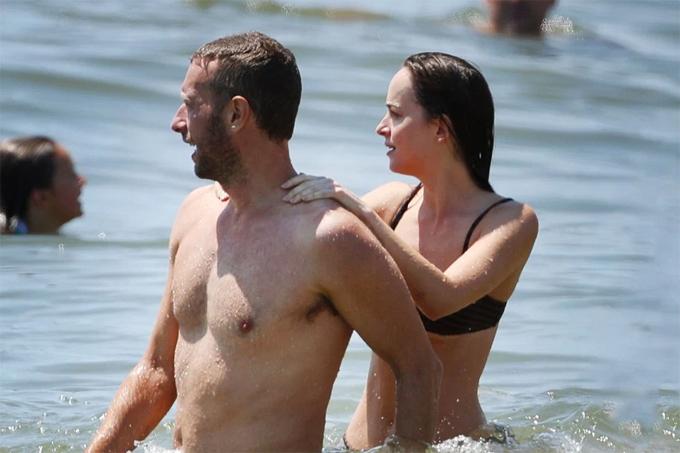 Nữ diễn viên 29 tuổi tắm biển với thủ lĩnh nhóm Coldplay ở Hamptons, New York hôm 4/8.