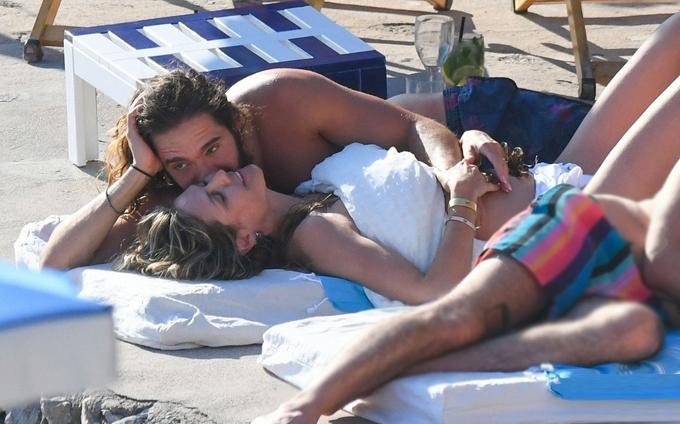Heidi nằm tắm nắng trên bãi biển, hạnh phúc sau một ngày tổ chức đám cưới trên du thuyền hôm 3/8.