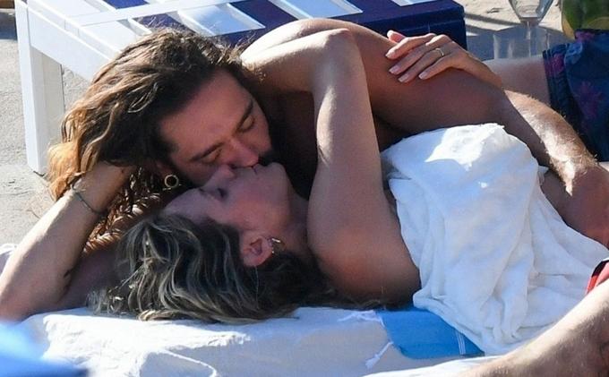 Tom Kaulitz vòng tay ôm vợ và trao cho cô nụ hôn đam mê.