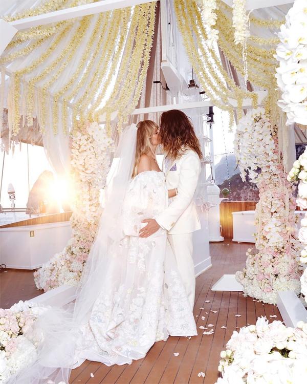Hôm 5/8, Heidi chia sẻ với người hâm mộ khoảnh khắc lãng mạn trong hôn lễ ngập tràn sắc hoa của cô với ca sĩ nhóm Tokio Hotel trên du thuyền ở Italy.