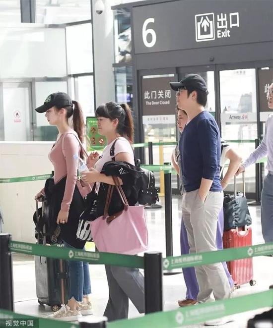 Nhạc sĩ piano nổi tiếng Trung Quốc và vợ cùng mẹ đẻ, cùng một trợ lý nữ xuất hiện tại sân bay ở Bắc Kinh, họmang theo nhiều đồ đạc. Trong khi vợ Lang Lang -Gina Alice đeo một ba lo to tướng, tay đẩy vali to nặng, chồng cô đường hoàng đút hai tay túi quần, trông điệu bộ rất bình thản.