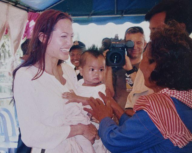 Jolie đón Maddox về nước năm 2003.