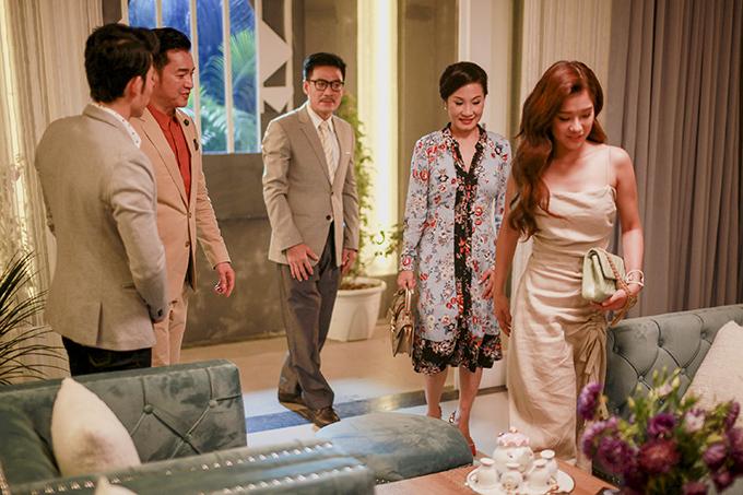Hồng Đào (thứ hai từ phải sang) và Quang Minh (thứ hai từ trái sang) trong một cảnh diễn chung.