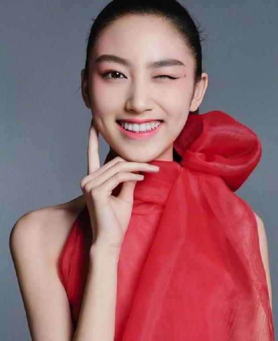 Con gái và vợ của tài tử Nhậm Đạt Hoa - người mẫu Kỳ Kỳ xuất hiện trên một tạp chí thời trang mới. 14 tuổi, đây là