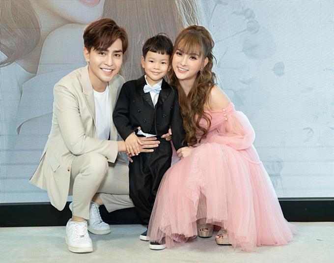 Thu Thủy bên chồng kém 10 tuổi và con trai.